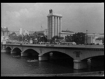 Exposition internationale ; pavillon d'exposition ; architecture publique ; pont ; fleuve