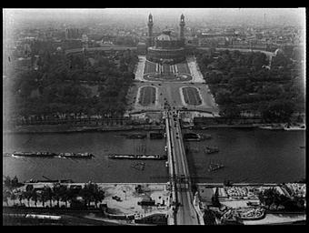 Exposition internationale ; palais ; jardin public ; bassin ; fleuve ; quai ; peniche ; paysage urbain ; vue aérienne ; perspective