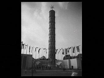 Exposition internationale ; pavillon d'exposition ; drapeau ; escalier ; personnage ; symbole ; tour ; ornementation ; place