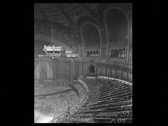 Exposition internationale ; palais ; salle de spectacle ; démolition ; sculpture ; lustre ; baie   5 8 ; assemblage ; plateau de scène ; peinture murale ; sphinx ; intérieur ; plongée