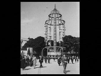 Exposition internationale ; pavillon d'exposition ; fontaine ; personnage ; débit de boisson