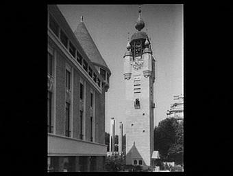 Au premier plan, la façade du pavillon du Berry Nivernais (architectes : Pinon, Pascaud, Palet). Au fond, le beffroi de la Flandre Artois (architectes : Barbotin et Quetelart, Morel)