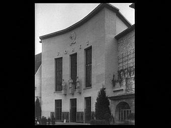 Exposition internationale ; entrée ; statue ; ronde bosse ; socle ; pavillon d'exposition ; façade