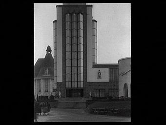 Au second plan : la façade du pavillon de l'Ile-de-France