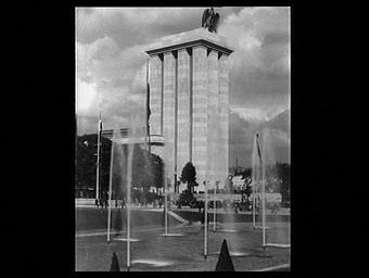 Exposition internationale ; pavillon d'exposition ; sculpture ; aigle ; jet d'eau ; bassin
