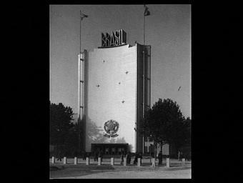 Exposition internationale ; pavillon d'exposition ; entrée ; façade ; ornementation ; drapeau
