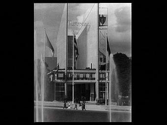 Exposition internationale ; pavillon d'exposition ; entrée ; jet d'eau ; drapeau