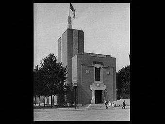 Exposition internationale ; pavillon d'exposition ; façade ; drapeau ; Arbre