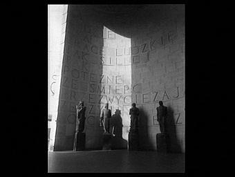 Exposition internationale ; pavillon d'exposition ; inscription ; mur ; statue ; homme ; profession scientifique ; histoire