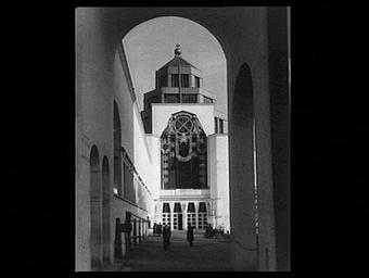Exposition internationale ; pavillon d'exposition ; architecture religieuse ; chrisme ; personnage ; édifice cultuel ; porche