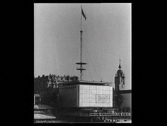 Exposition internationale ; pavillon d'exposition ; architecture métalllique ; verre ; fondation ; drapeau