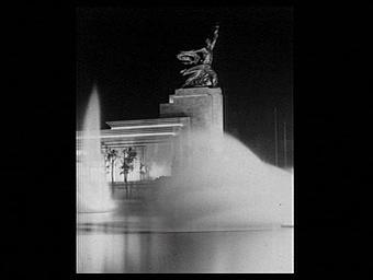 Groupe sculpté : L'Ouvrier et la Kolkozienne; illuminations