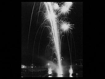 Exposition internationale ; spectacle pyrotechnique ; fleuve ; viaduc ; photographie de nuit