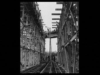 Exposition internationale ; chantier ; ouvrier ; echafaudage ; voie ferrée