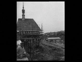 Exposition internationale ; chantier ; vue générale ; ouvrier ; toit ; echafaudage ; pavillon d'exposition