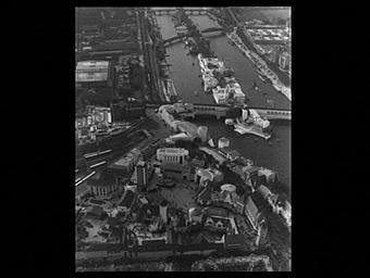 Exposition internationale ; pavillon d'exposition ; fleuve ; ile ; paysage urbain ; vue aérienne