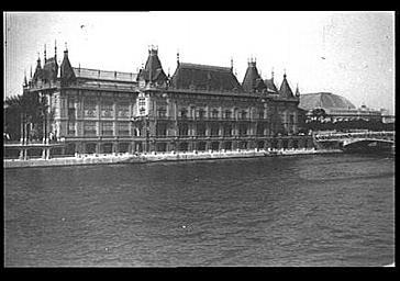 Pavillon de la Ville de Paris situé rive droite aux abords du pont des Invalides