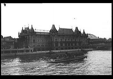 Pavillon de la Ville de Paris situé rive droite de la Seine aux abords du pont des Invalides