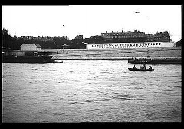 Exposition et fête de l'enfance : vue générale de la banderole prise depuis la rive opposée