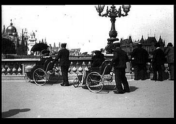 Personnes en fauteuil roulant visitant l'exposition