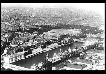 Au premier plan, sur la rive gauche de la Seine : les Pavillons des Puissances étrangères. En face sur la rive droite : les pavillons de l'Horticulture et de l'Arboriculture, au delà le Grand Palais ; Vue prise de la Tour Eiffel