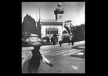 Vue d'ensemble : le pavillon de la République de San Marin est situé aux abords de la Tour Eiffel, côté est. Sur sa droite, le pavillon de la Société Générale