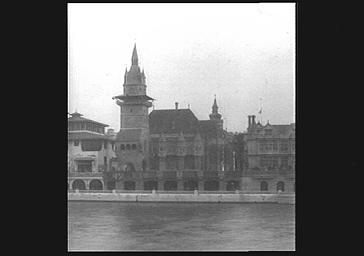 Chaque façade du pavillon évoque un bâtiment ancien : l'Abbaye de Yomka, le château-fort de Komoczbarrye, l'hôtel de Ville de Loecze ; Pavillon de la Hongrie situé entre le Pavillon de la Bosnie (à gauche) et le Pavillon de la Grande-Bretagne