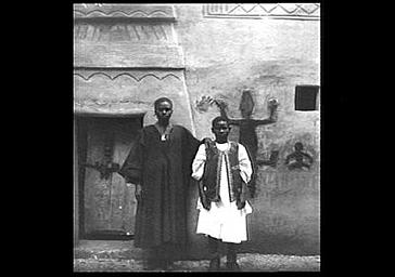 Un sénégalais devant une case de Bambara