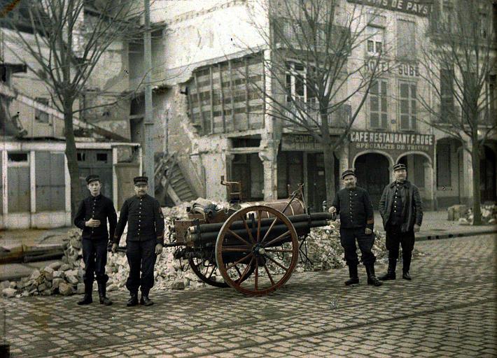 Sapeurs pompiers de Reims ; à droite, l'adjudant Edouard Eloire, commandant, à gauche son fils Raphaël