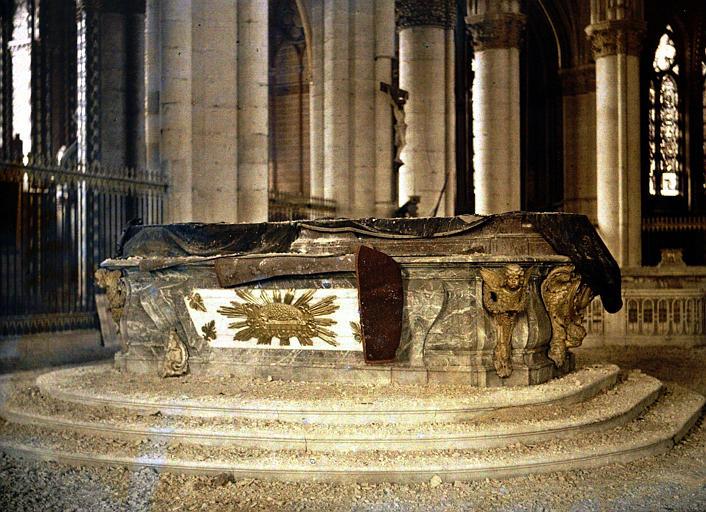 Maître autel recouvert d'une bâche