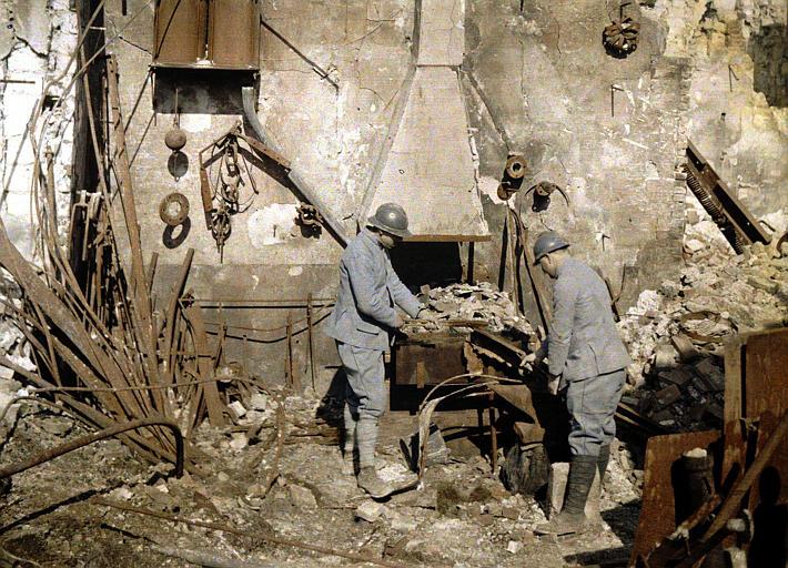 Soldats du génie travaillant dans une forge détruite