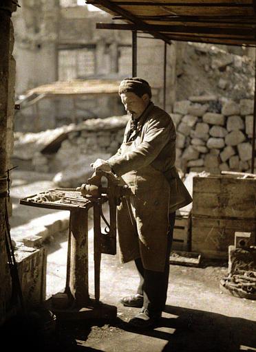 Ouvrier au travail avec un étau sur pied