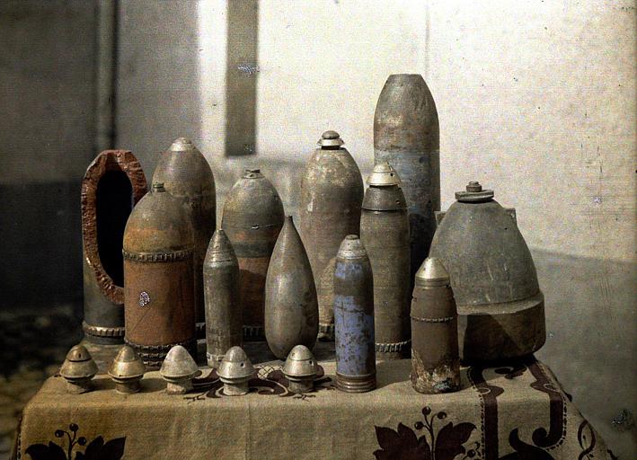 Collection d'obus allemands qui n'ont pas éclaté : vue rapprochée