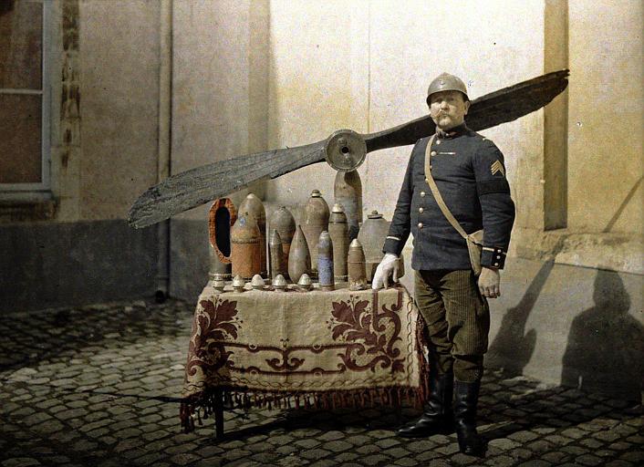 Adjudant Edouard Eloire, commandant des sapeurs pompiers de Reims ; collection d'obus allemands qui n'ont pas éclaté