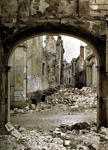 Ruines : vue prise à travers un porche