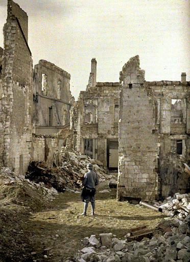 Ruines ; de dos, l'opérateur photographe