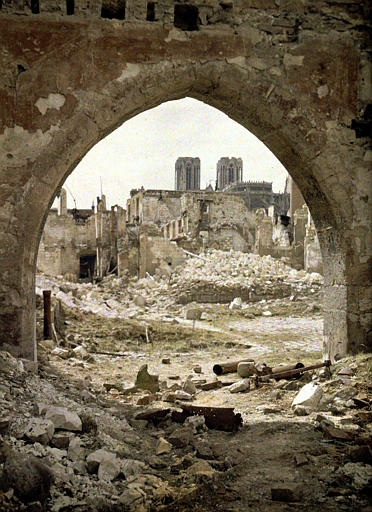 Ruines vues à travers un porche