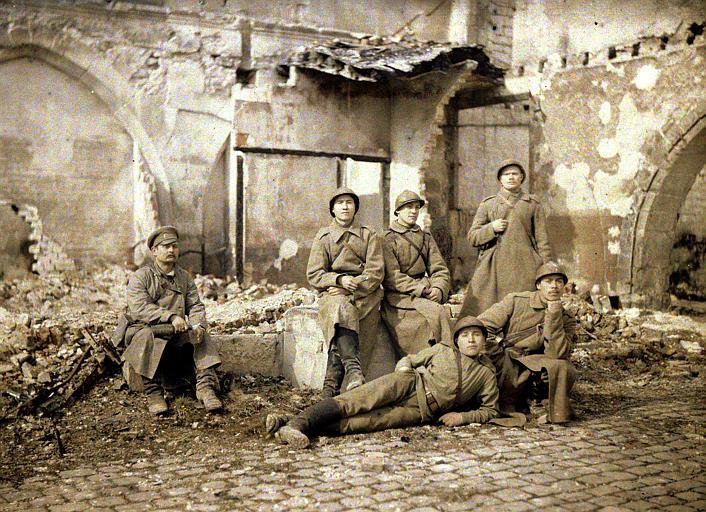 Groupe de russes dans les ruines
