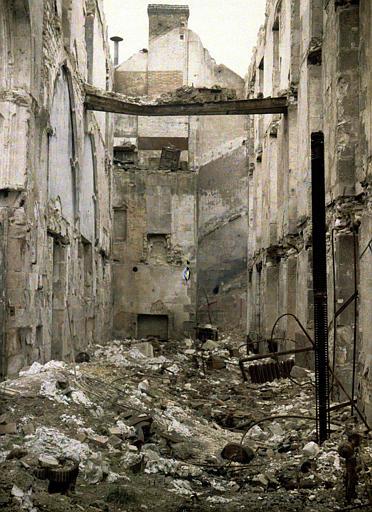 A l'angle de la rue de l'Isle : intérieur, ruines