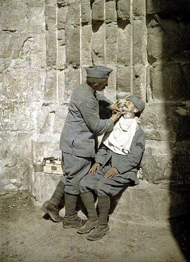Le coiffeur de la compagnie faisant la barbe à un soldat (scène de rue)