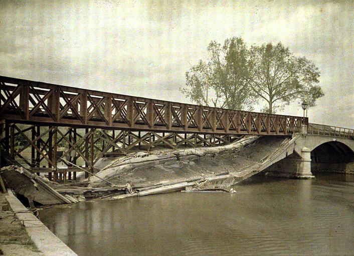 Pont détruit sur l'Aisne et reconstruit par le génie