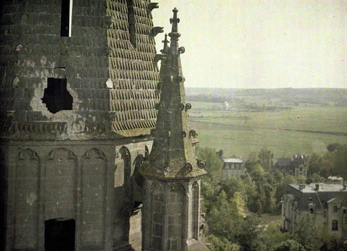 Eglise. Trou fait par un 77 dans la tour : vue prise à hauteur du trou