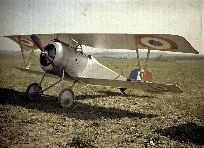 Avion biplan Nieuport, au sol