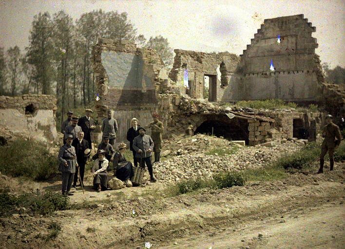 Les artistes du théâtre aux Armées dans les ruines de Vauxrezis