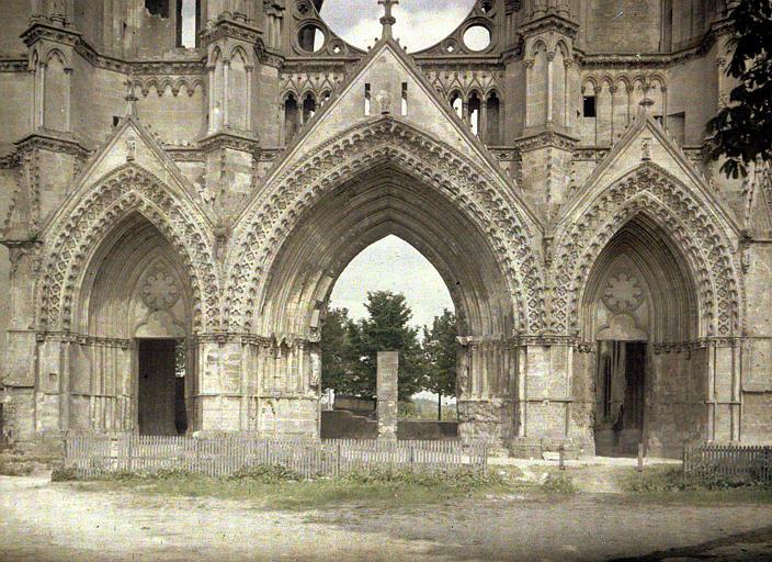 Eglise. Les trois porches