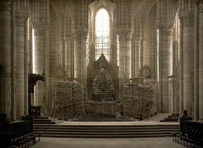 Le maître-autel protégé par des sacs