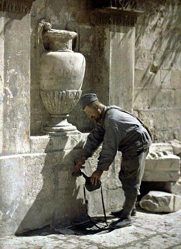 Un soldat prend de l'eau à la fontaine