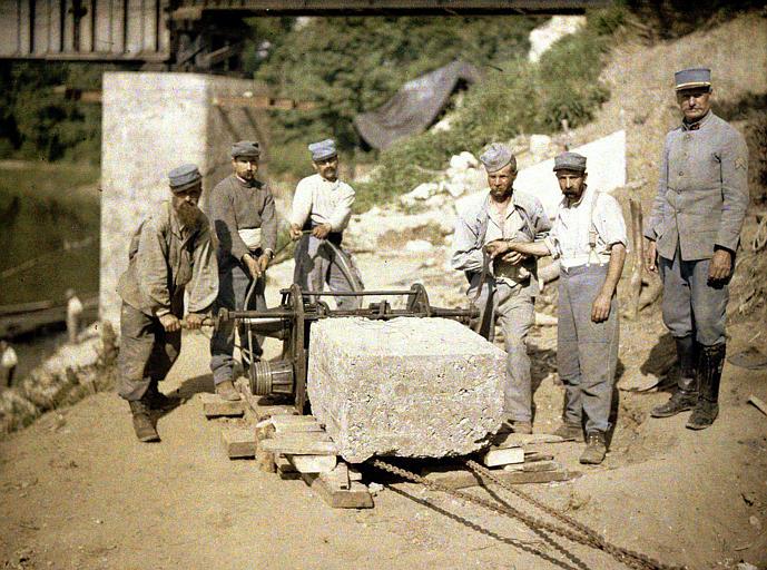 Cour : ouvriers du génie manoeuvrant une dalle de pierre