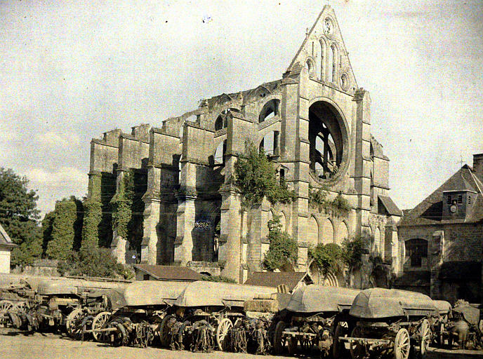 Le 10ème génie au repos à Longpont : vue sur l'abbaye