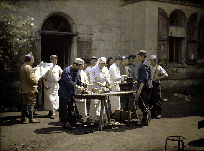 Les cuisiniers de l'hôpital  préparant la viande, à l'extérieur du château de Vauxbuin
